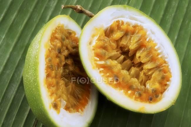 Frutto della passione dimezzato — Foto stock