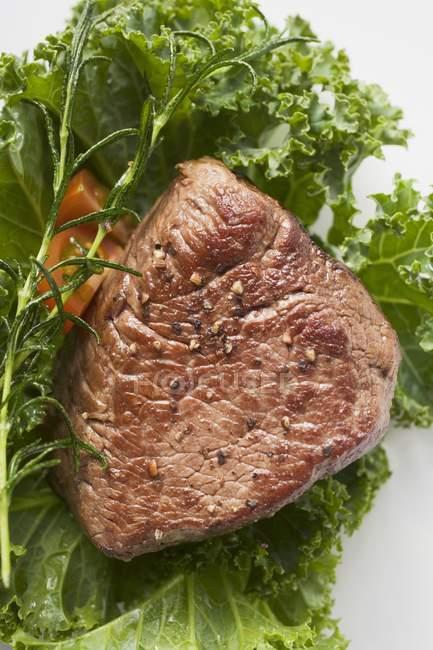 Смаженого Філе яловичини із зеленню — стокове фото