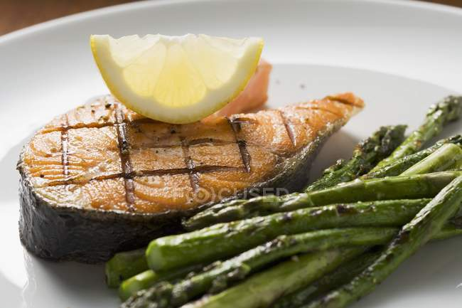 Grilled salmon cutlet with asparagus — Stock Photo