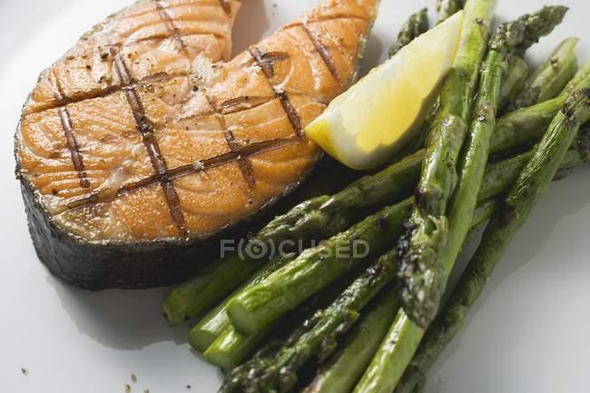 Costeleta de salmão grelhada com espargos verdes — Fotografia de Stock