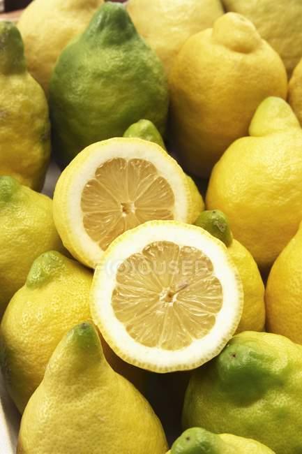 Органічні свіжих лимонів — стокове фото
