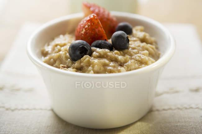 Вівсяна каша зі свіжі ягоди для здорового сніданку — стокове фото