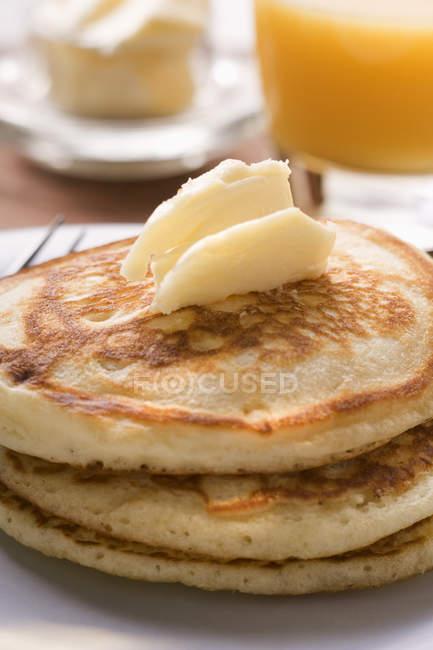 Panqueques con rizos de mantequilla para el desayuno - foto de stock
