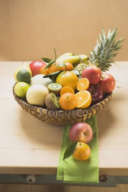 Vista de closeup de frutas frescas na cesta na mesa de madeira — Fotografia de Stock