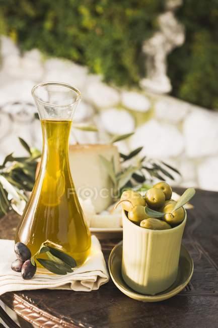 Olives au fromage, craquelins et huile d'olive — Photo de stock