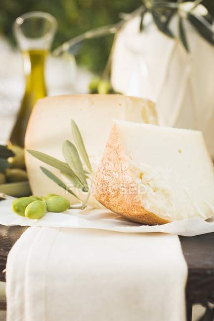 Cheese with olives and olive oil — Stock Photo