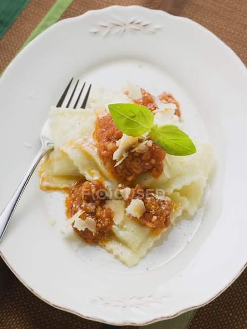 Pasta ravioli con sugo di pomodoro — Foto stock
