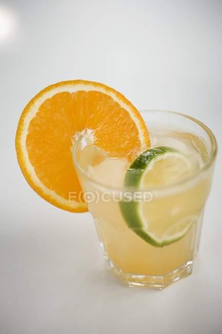 Detailansicht der vereisten Aperitif mit Orange und Lime Scheiben — Stockfoto