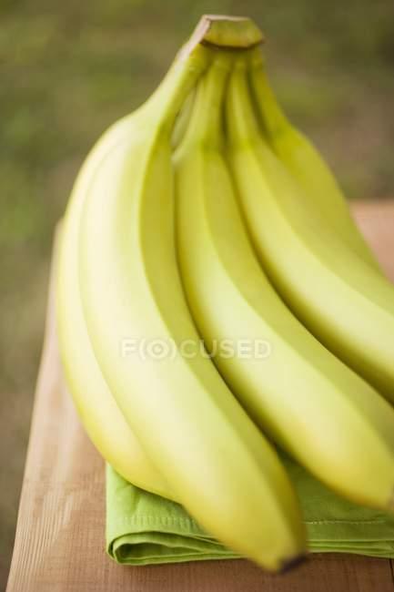 Plátanos frescos maduros - foto de stock
