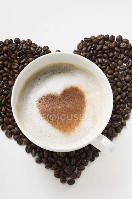 Tazza di cappuccino con cuore di cacao in polvere — Foto stock