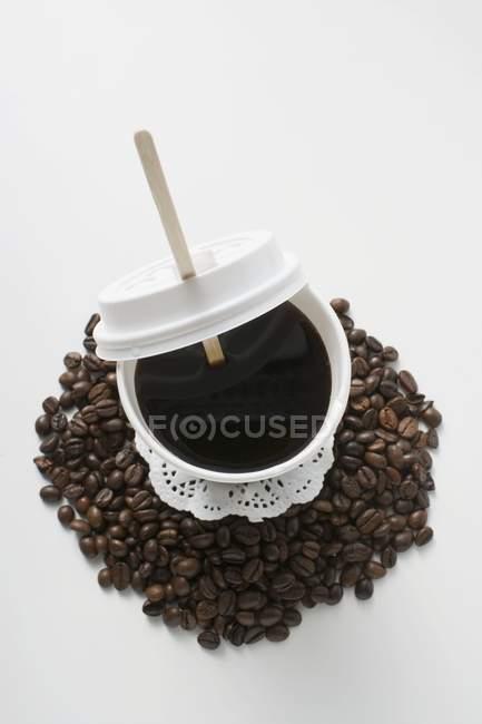 Café negro en taza de plástico - foto de stock