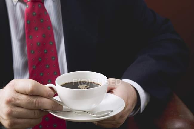 Бизнесмен за чашкой кофе — стоковое фото
