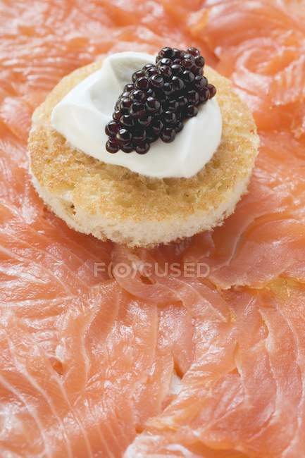 Копчений лосось з тост — стокове фото