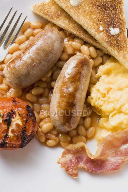 Baked beans, scrambled egg and sausages — Stock Photo
