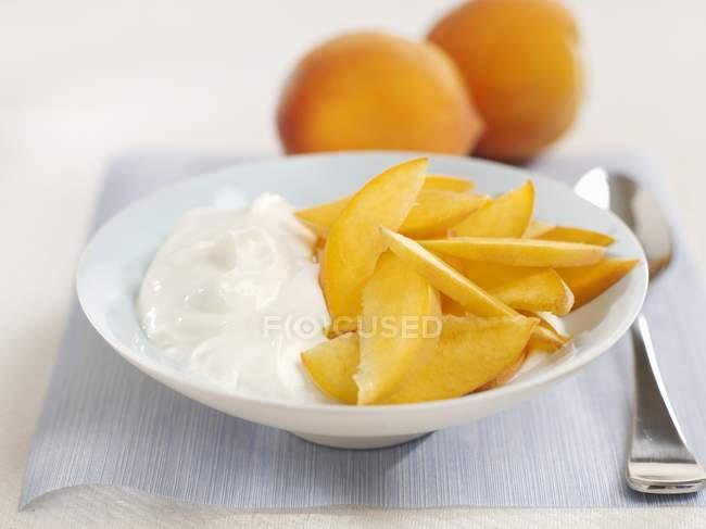 Yogur con albaricoques frescos - foto de stock