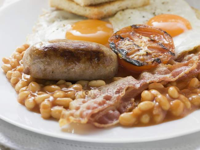 Baked beans, sausage and bacon — Stock Photo