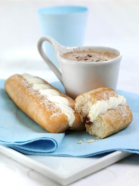 Крупним планом зору солодкі булочки і гарячого какао — стокове фото