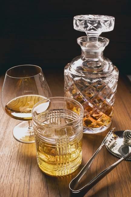 Коньяк и виски в стаканах — стоковое фото