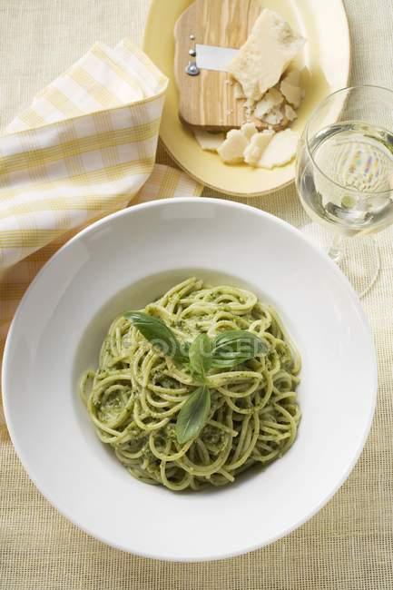 Spaghetti pasta with pesto and basil — Stock Photo