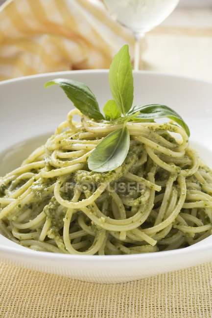 Pâtes spaghetti au pesto et basilic — Photo de stock