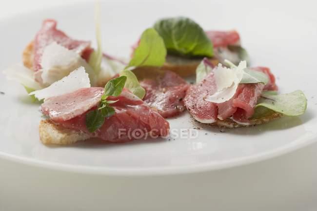 Rindscarpaccio mit parmesan — Stockfoto
