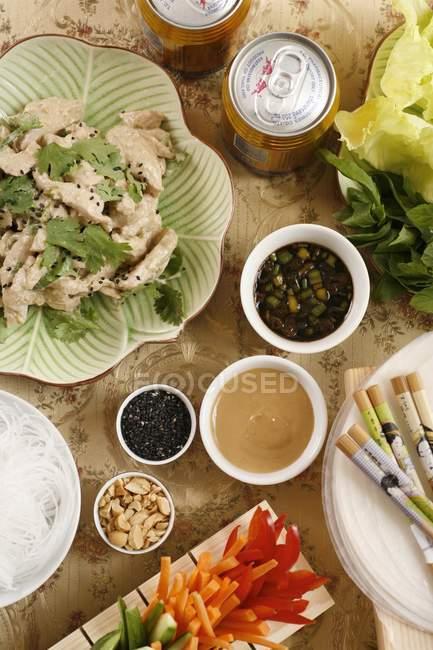 Asiatische Mahlzeit mit Huhn-curry auf Holzoberfläche Tabelle — Stockfoto