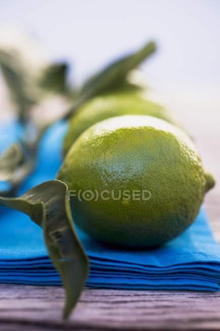 Свежие лимоны на голубой ткани — стоковое фото