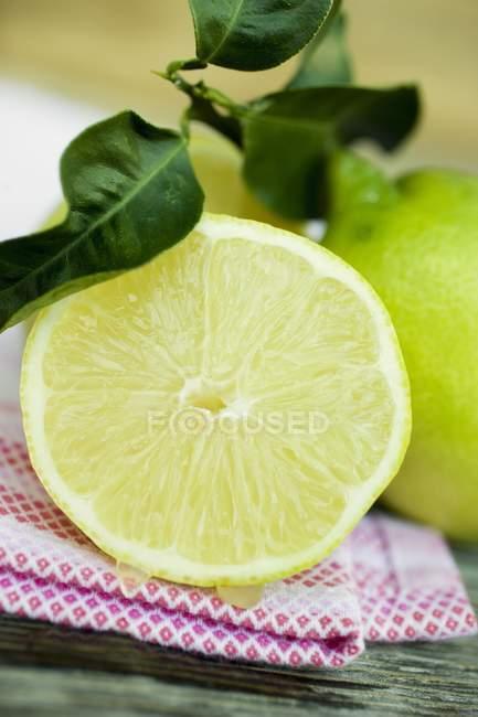 Половини лимона з листям — стокове фото