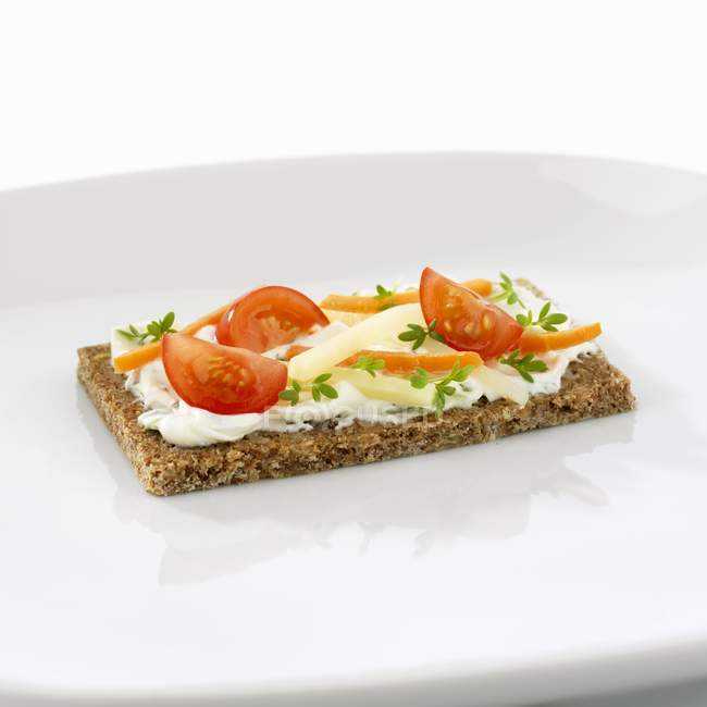 Quark mit Kräutern und Gemüsesticks auf Vollkornbrot auf weißen Teller — Stockfoto