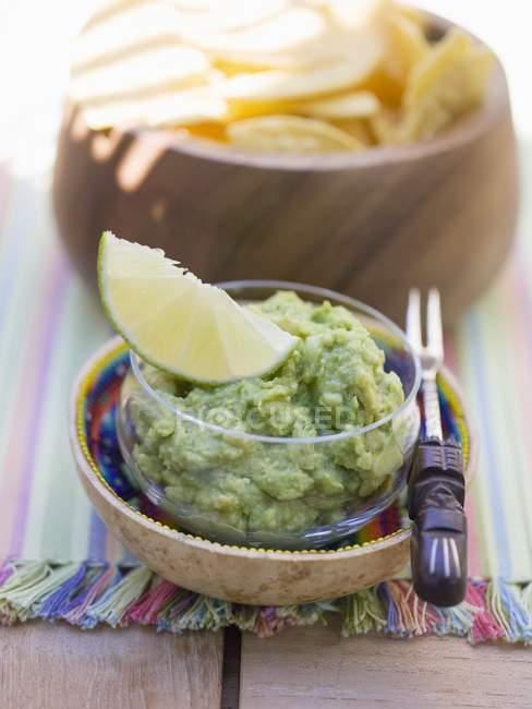 Guacamole mit Nachos in Schalen — Stockfoto