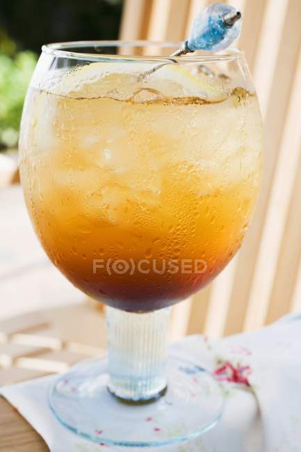 Closeup view of rum and tonic with ice cubes — Stock Photo