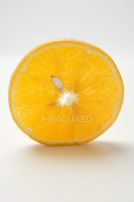 Слайс сочного апельсина — стоковое фото