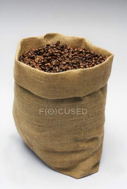 Saco de yute con granos de café - foto de stock