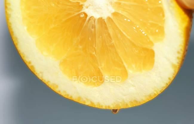 Eine halbe Zitrone auspressen — Stockfoto