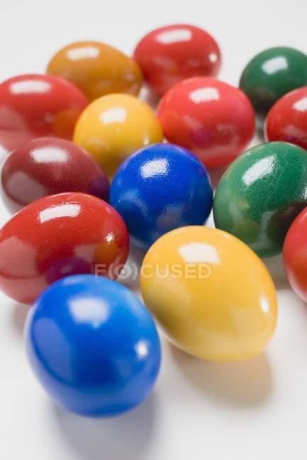 Кольорові яйця на білому — стокове фото