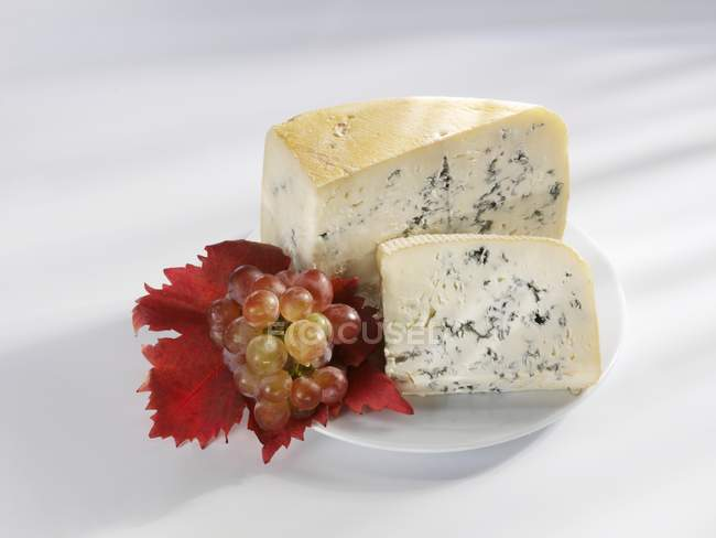Pieces of Gorgonzola with grapes — Stock Photo