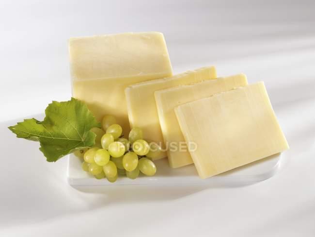 Сыр чеддер на плите — стоковое фото