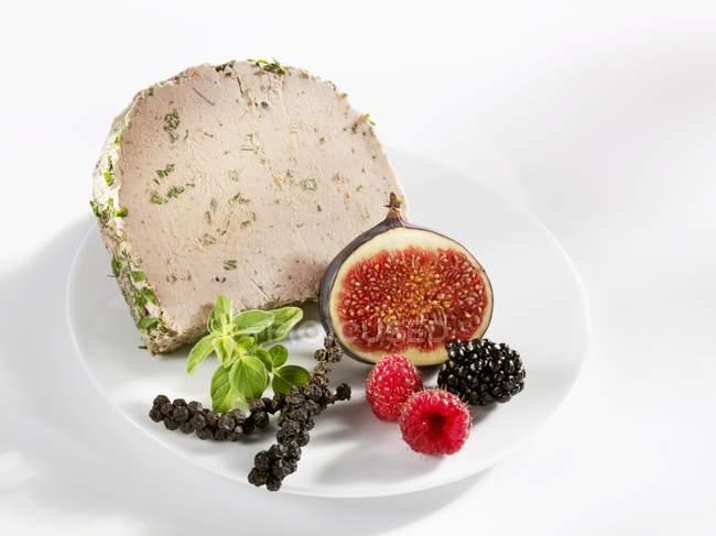 Schweineleber mit frischen Feigen und Beeren — Stockfoto