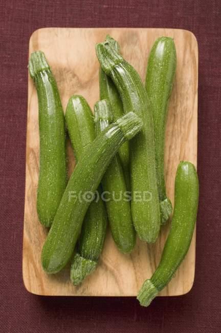 Свежие зеленые кабачки — стоковое фото