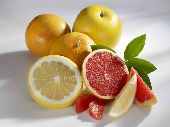 Pomelos con rodajas y hojas - foto de stock