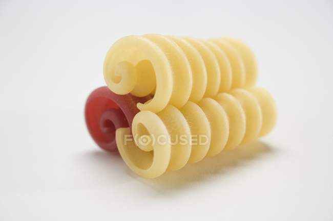 Vue rapprochée de trois boucles de pâtes Riccioli — Photo de stock