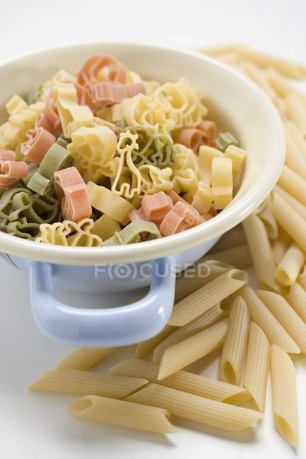 Цветные макароны в сетчатый фильтр — стоковое фото