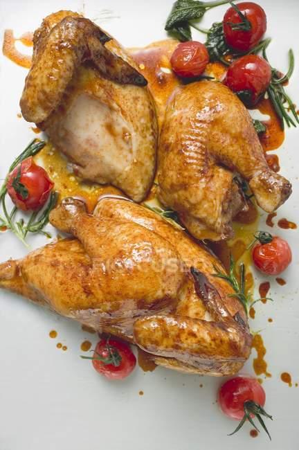 Pollo asado con tomates cherry - foto de stock