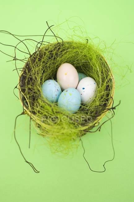 Ovos de chocolate no ninho — Fotografia de Stock
