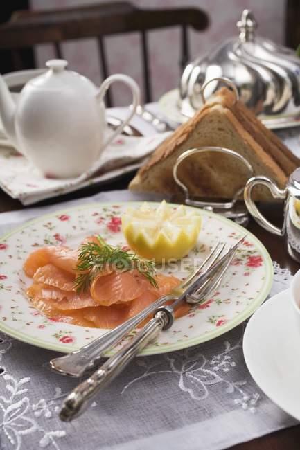 Salmón ahumado y tostadas - foto de stock