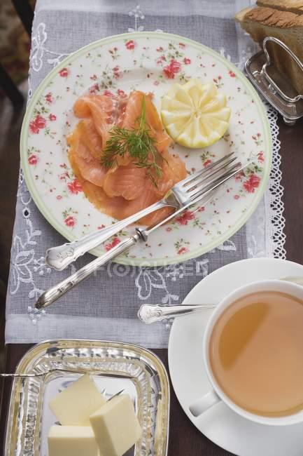 Geräucherter Lachs, Butter und Toast — Stockfoto