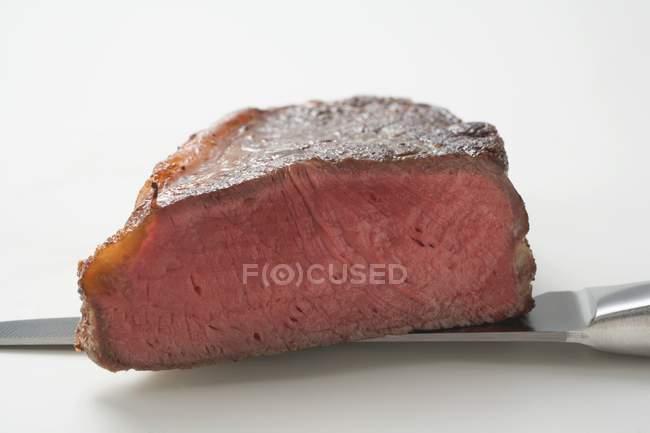 Steak de boeuf sur blanc — Photo de stock