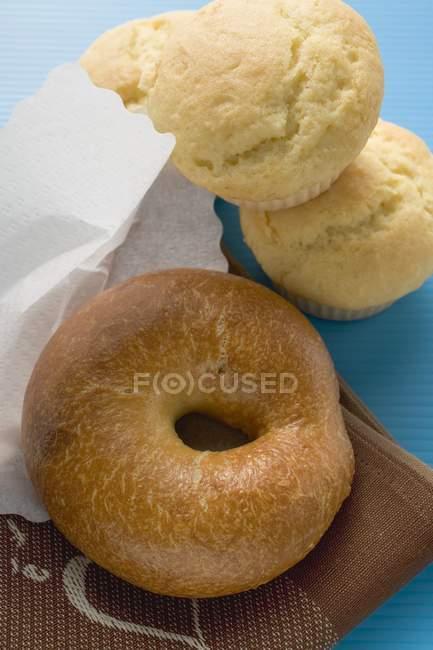 Bagels y muffins en mantel - foto de stock