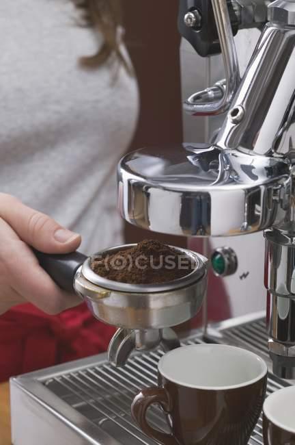 Vista de perto da mulher segurando o suporte do filtro da máquina de café — Fotografia de Stock