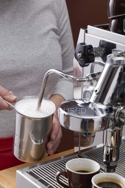 Frau Aufschäumen Milch — Stockfoto